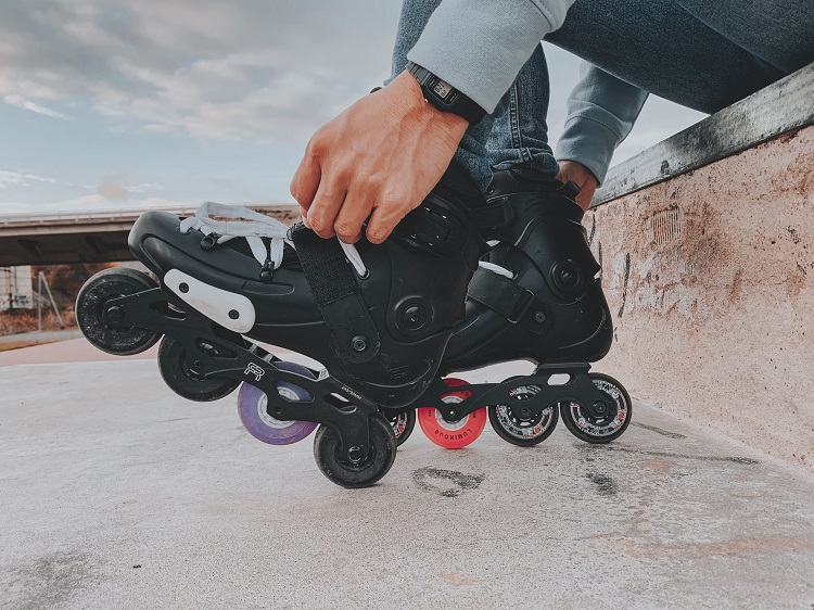 picture of person teeing his black inline rollerblades